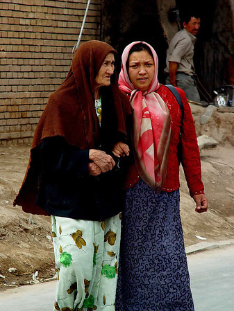 Grandmother and granddaughter Kashgar DSC01628