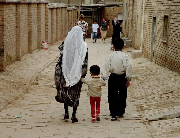 Family walking Old Kashgar DSC01653