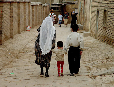 Family walking Old Kashgar DSC01653