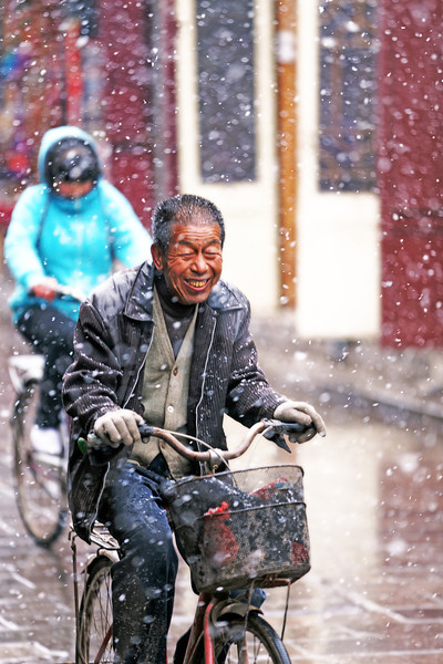 Smiling in the snow of Píngyáo 平遥, China