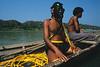 Plongeur prêt à descendre au fond de l'eau pour récupérer du teck de contrebande tombé d'un radeau de bambous navigant sur la rivière Chindwin/Région de Sagaing/Birmanie (Myanmar)