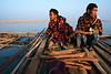 Deux hommes en train de se réchauffer près d'un feu allumé sur un radeau de bambous dérivant sur la rivière Chindwin. Région de Sagaing/Birmanie (Myanmar)