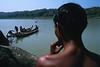 Equipe de plongeurs se préparant à descendre au fond de l'eau pour récupérer du teck de contrebande tombé des radeaux de bambous navigant sur la rivière Chindwin/Région de Sagaing/Birmanie (Myanmar)