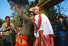 Moment de danse lors d'une procession de novices à Kalewa. Rivière Chindwin/Région de Sagaing/Birmanie (Myanmar)