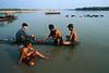 Scène de bain sur les berges de la rivière Chindwin. Région de Sagaing/Birmanie (Myanmar)