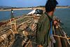 Marinier pilotant un radeau de bambous sur la rivière Chindwin. Région de Sagaing/Birmanie (Myanmar)