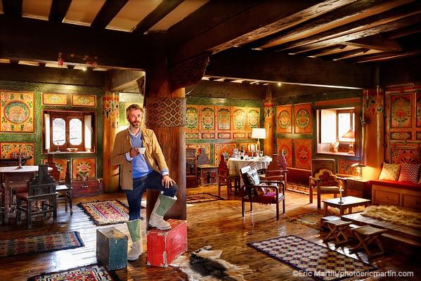 CHINE. ROUTE DU THÉ. YUNNAN. SHANGRI LA. Constantin de Slizewicz le créateur des Caravanes Liotard. il pose ici dans la salle à manger de sa maison d'hôte tibétaine La Ferme Liotard