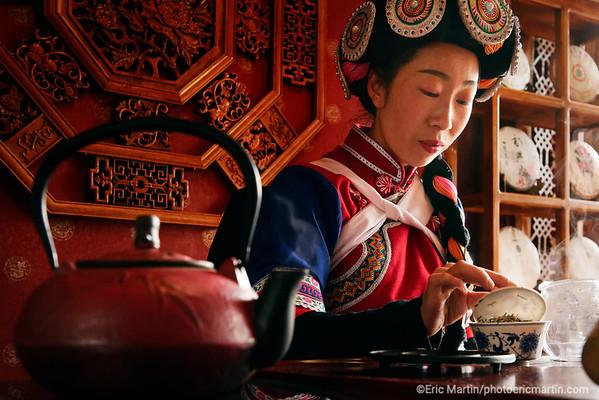 CHINE. ROUTE DU THÉ. YUNNAN. VILLE DE LIJIANG. Ceremonie du thé Pu'er dans le plus vieux salon de thé de Lijiang. Salon de thé de Madame He.  Comme les vins d'exception, ce thé exceptionnel se bonifie avec l'âge, et sa valeur s'envole. Un Puerh de 80 ans a été adjugé à 1,25 millions d'euros les 2,1kg. 3000 euros la tasse.