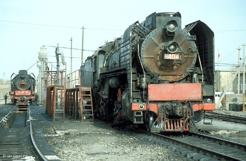 QJ 6404 awaits it's next duty alongside sister engine QJ 6567 at Dongsheng locomotive depot. 1st November 2001