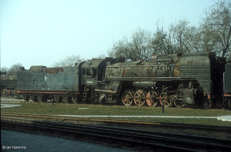 QJ 6518 Baotou Xi locomotive depot. 2nd November 2001