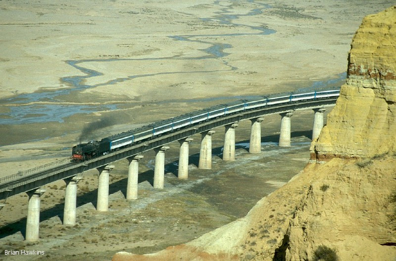 QJ 2938 hauls Train K993 (10:05 Baotou – Dongsheng) over the lengthy viaduct at Xiangshawan (Singing Sands Gorge). 29th October 2001