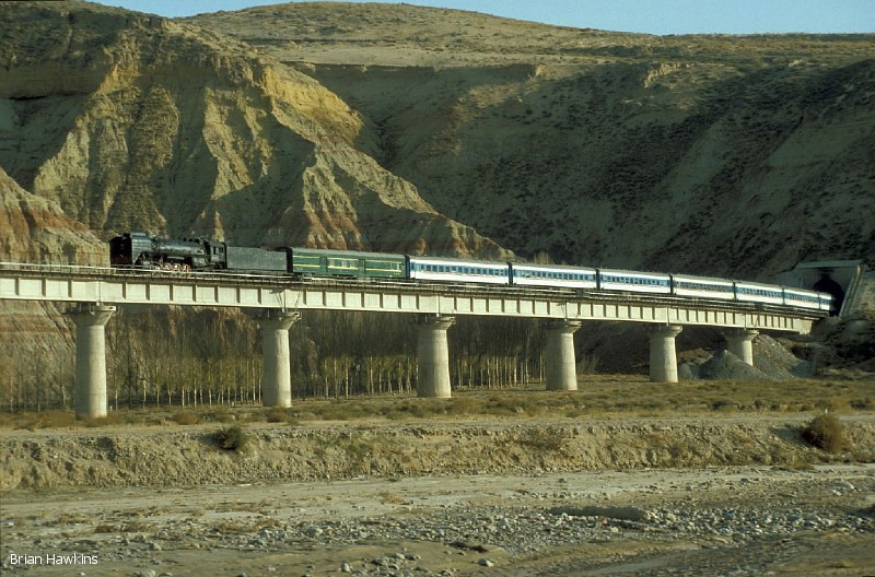 Train K994 (14:54 Dongsheng – Baotou) crosses the viaduct in Singing Sands Gorge, hauled by QJ 6785. 1st November 2001