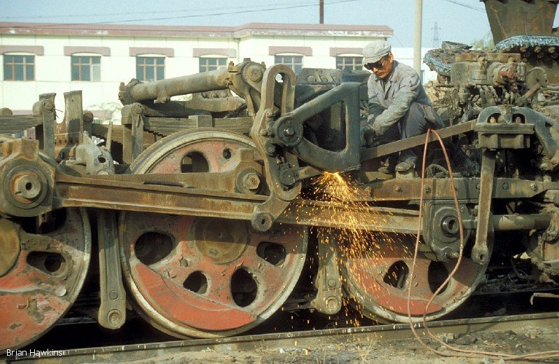 Very little remains of QJ 2960 as it undergoes cutting up at Baotou Xi locomotive depot. 2nd November 2001