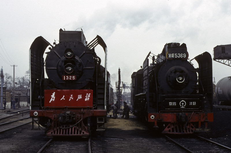 QJ 2-10-2 1325 & JS 2-8-2 5369, Tientsin shed, March 1982.  Photo by Les Tindall.