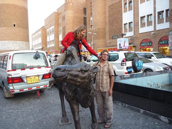 Wielblad przed centrum handlowym - jedna z wiekszych atrakcji Urumchi