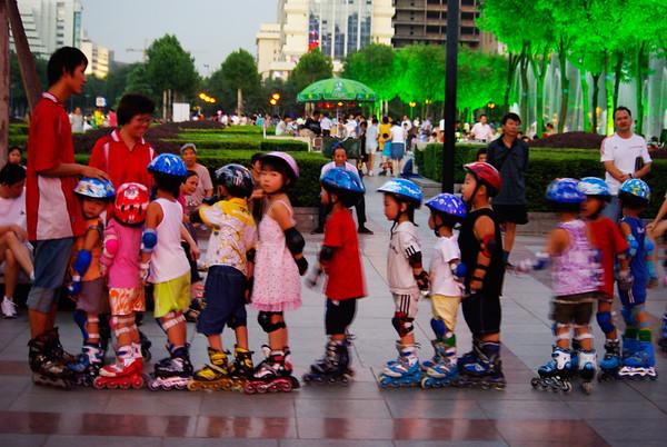 Park, dzieciaki tam naprawde maja raj - szkółka dla małych rolkowiczów