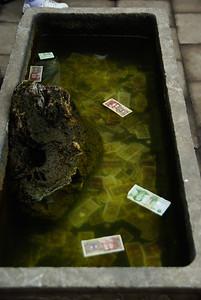 Tu zamiast wrzucać monety, chinscy turysci wrzucaja papierki