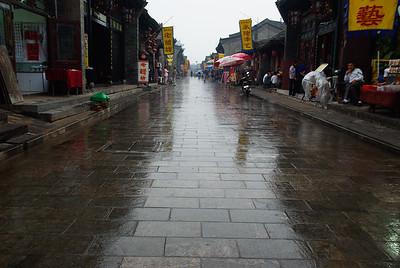 Główna ulica w deszczu