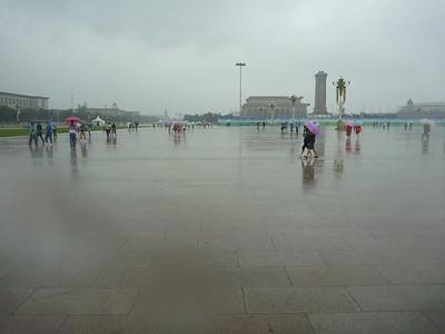 Tiananmen w deszczu, jedna setna ludzi ktorzy byli tam nastepnego dnia