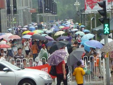 Drugiego dnia przez caly dzien padało - to tylko troche zwieksza liczbe parasoli, bo gdy swieci słonce chinki chowaja sie pod nimi przy okazji dzgając innych po oczach.
