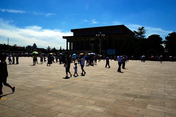 W drodze do mausoleum Mao - stalo sie godzinę, zdjec robic nie mozna, z każdej strony napierają chinczyki (kolejka to dla nich nowy koncept),  Przy samym ciele nie wolno sie zatrzymac, ale przynajmnij chinczyki przestali gadać - jedyny taki moment.