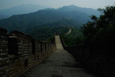 Mur, wystarczy odejsc troche dalej i juz nie ma ludzi