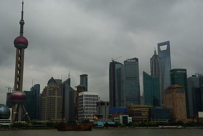 Widok na Pudong - po lewej wieża z kulkami, po prawej budynek z dziurką