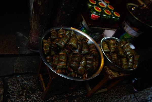 Lokalny specjał - mięsko zawinięte w ryż i ugotowane w liściach bambusa
