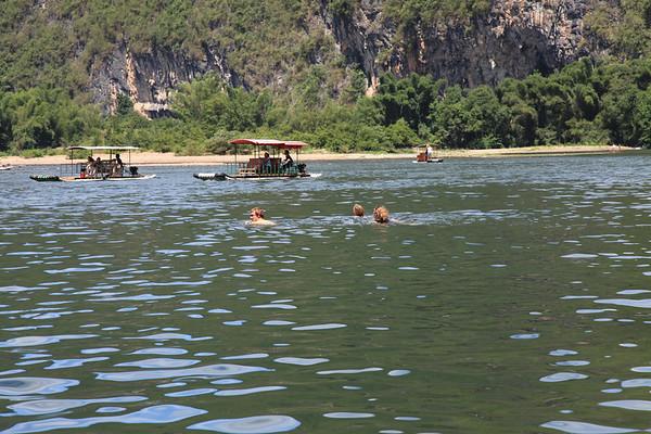 Przeprawa przez rzeke, Lea jako jedyna zostało oddelegowana na prom do przewiezienia ciuchów i robienia zdjęć
