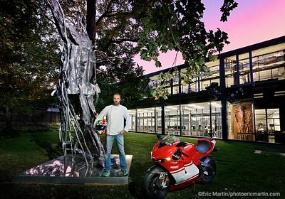 L'IMMENSE SCULPTURE DE TEDDY RINNER REALISEE PAR LE CHOCOLATIER PATRICK ROGER.  AU SECOND PLAN LA SCULPTURE REPRESENTANT GERARD DEPARDIEU L'atelier de Patrick Roger à Sceaux