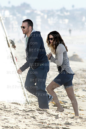Exclusive__ Chris Evans and Michelle Monaghan during the set of A Many Splintered Thing on Venice beach, Calfornia