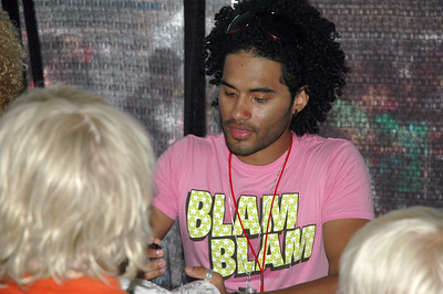 Manwell, Group 1 Crew Signs Autograph for his fan