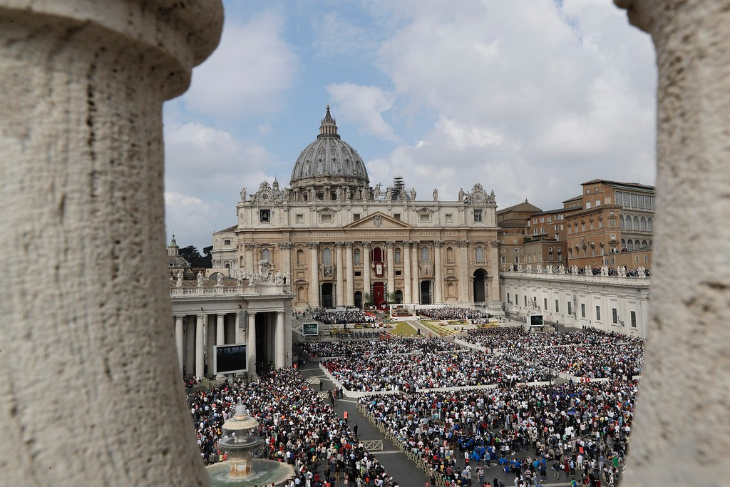 . Pope Francis celebrates Easter Mass, in St. Peter\'s Square, at the Vatican, Sunday, April 16, 2017. (AP Photo/Andrew Medichini)