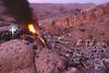 Chrétiens rassemblés autour d'un feu sur les hauteurs de Maaloula à l'occasion de la fête de l'Exaltation de la croix. Syrie