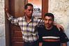 Moment de fraternité entre deux chrétiens de Maaloula le jour de la fête de l'Exaltation de la croix. Syrie.
