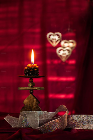 Weihnachtskarten und Festtagekarten Design Fotograf und Grafik Studio Peter Hofstetter. Kerzen mit rotem Hintergrund