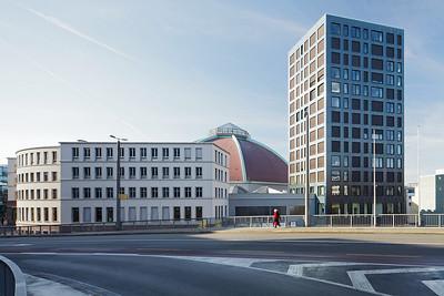 Markthalle, 1928 / 29, und Wohnhochhaus, 2010–2012. Foto: Tom Bisig