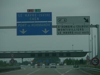"""© RobAng 2011, Anreise per Auto nach Le Havre für Velotour GB (Dorset-Devon-Cornwall), Haute-Normandie, Fiquefleur-Équainville, Höhe 8 m. AM SCHLUSS MÜSSEN WIR DOCH NOCH AUF DIE AUTOBAHN - sonst kommen wir gar nie mehr an.. Die 4 Stunden """"Schlaf"""" im Auto auf einer Raststätte im Morgengrauen fehlen nun halt doch.."""