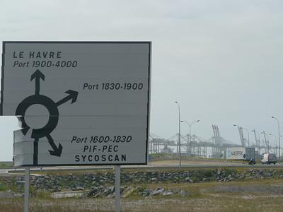 © RobAng 2011 - Velotour GB (Dorset-Devon-Cornwall). Es kann losgehen: Via Pont de Normandie vom Camping/Autoparkplatz ausserhalb Honfleur zum Fährhafen in Le Havre. Haute-Normandie, Fiquefleur-Équainville, Höhe 0 m