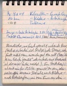 """Mi 4.8.04, 110km, ca. 50€: Kilcullen - Gurragh Camp - Kildare - Portarlington - Tullamore Unendliche, wie frisch gemähte wirkende Rasenflächen erstrecken sich beidseits der Strasse, ich finde nicht raus, wozu das gut sein soll (bzw. ob von Schafen """"gemäht"""" oder einfach eine Rasenart, die nicht höher wächst..). Ein Städtchen scheint nur fürs Militär reserviert zu sein, also weiter über einsame Strässchen nach Kildare und Portarlington. Hier gibts zwar Euros aus dem Automaten, aber keinen anständigen Coffee-Shop, deshalb Zmorge im Miniparkchen an der Ortsausfahrt. Langgezogene Geraden unterbrochen von einzelnen """"bumps"""" sowie hie und da ein tot gefahrener Hase führen uns nach Tullamore, einem stattlichen Ort am Grand Canal, sehr lebhaft, mit einer Vielzahl an kleineren und grösseren typisch englisch/irischen, mit farbenfrohen Holzverschalungen-/Beschriftungen gekennzeichnete Läden. Ein wirklich ausgezeichneter Capuccino, Applepie und Fruchtcocktail bringen uns wieder auf Trab, zunächst auf der Hauptstrasse (starker Verkehr, N80) nach Clara und danach sehr beschaulich auf engen Strässchen durch Torf-Land, links der Strasse ziehen sich riesige zur """"Ernte"""" hergerichtete Felder mit dem """"irischen"""" Gold. Bei fast jedem Haus ist ein Schuppen auszumachen, wo die zu länglichen Brickets verarbeiteten + getrockneten """"bog-bricks"""" lagern. Am Strassenrand liegt immer mal wieder so ein Ding - ich kann es nicht lassen, eines davon zu inspizieren und dann gleich mitzunehmen; erstaunlich leicht sind diese getrockneten Erdklumpen, offensichtlich ist da viel Organisches (druch die moorige Feuchtigkeit nur halb abgebautes) Material drin.. muss es ja auch, die reine Erde würde ja wohl kaum brennen.."""