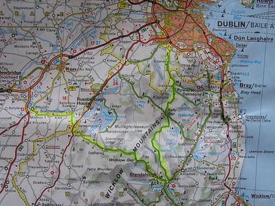 """2004/08/04 09:02:54 /  ©RobAng /  Ireland - Irland Mi 4.8.04 - Kilkullen - Tullamore Slideshow Mi 4.8.04, 110km, ca. 50€: Kilcullen - Gurragh Camp - Kildare - Portarlington - Tullamore Unendliche, wie frisch gemähte wirkende Rasenflächen erstrecken sich beidseits der Strasse, ich finde nicht raus, wozu das gut sein soll (bzw. ob von Schafen """"gemäht"""" oder einfach eine Rasenart, die nicht höher wächst..). Ein Städtchen scheint nur fürs Militär reserviert zu sein, also weiter über einsame Strässchen nach Kildare und Portarlington. Hier gibts zwar Euros aus dem Automaten, aber keinen anständigen Coffee-Shop, deshalb Zmorge im Miniparkchen an der Ortsausfahrt. Langgezogene Geraden unterbrochen von einzelnen """"bumps"""" sowie hie und da ein tot gefahrener Hase führen uns nach Tullamore, einem stattlichen Ort am Grand Canal, sehr lebhaft, mit einer Vielzahl an kleineren und grösseren typisch englisch/irischen, mit farbenfrohen Holzverschalungen-/Beschriftungen gekennzeichnete Läden. Ein wirklich ausgezeichneter Capuccino, Applepie und Fruchtcocktail bringen uns wieder auf Trab, zunächst auf der Hauptstrasse (starker Verkehr, N80) nach Clara und danach sehr beschaulich auf engen Strässchen durch Torf-Land, links der Strasse ziehen sich riesige zur """"Ernte"""" hergerichtete Felder mit dem """"irischen"""" Gold. Bei fast jedem Haus ist ein Schuppen auszumachen, wo die zu länglichen Brickets verarbeiteten + getrockneten """"bog-bricks"""" lagern. Am Strassenrand liegt immer mal wieder so ein Ding - ich kann es nicht lassen, eines davon zu inspizieren und dann gleich mitzunehmen; erstaunlich leicht sind diese getrockneten Erdklumpen, offensichtlich ist da viel Organisches (druch die moorige Feuchtigkeit nur halb abgebautes) Material drin.. muss es ja auch, die reine Erde würde ja wohl kaum brennen.."""