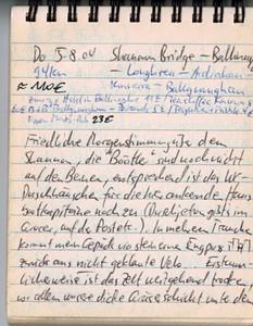"""Do 5.8.04, 94km, ca. 110€: Shannon Bridge - Ballinahoe - Loughrea - Ardrahan - Kinvarra - Ballyvaughan Friedlcihe Morgenstimmung über dem Shannon, die """"Böötler"""" sind noch nicht auf den Beinen, entsprechend ist das WC- + Duschhäuschen für die hier ankernden Hausbootkapitäne noch geschlossen (Duschjetons gibts im Grocer, auf der Post etc.). In mehreren Tranchen kommt mein Gepäck via steinernen Engpass zurück ans NICHT geklaute Velo.. erstaunlicherweise ist das Zelt weitgehend trocken, vor allem unsere dicke Gräserschicht unter dem Zeltboden ist überhaupt nicht feucht -> Wind? Im gut 10km entfernten Ballinasloe gibts Zmorge im besten Hotel vor Ort. Scones, Toasts, Kaffee kübelweise - wir bleiben gran 'ne Stunde, um das alles runterzukriegen. So vollgestopft gehts 28km auf der starkbefahrern Hauptstrasse N6 bis Loughrea + dort nach missglückter Suche des Strässchens zur Küste bei Kilcolgan landen wir auf dem nach Gort bzw. etwas später auf der Piste, die mit """"Adrahan"""" ausgeschildert ist. Das Wettrennen mit dem sich drohend zusamnmenbrauenden Regen gewinnen wir FAST. In Kilcolgan bei unserer Ankunft an der Westküste (sinnigerweise) werden wir beim Suchen nach einem Coffeeshop doch noch nass.. halb so wild, vor allem wiel wir auf der Weiterfahrt der Küste entlang nach Ballyvaughan die Wetterkapriolen noch so richtig zu spüren bekommen; erst scheint kurz nach Aufbruch alles schon wieder verblasen, mit einer durch die schweren Wolken durchbrechenden Sonne - dann fahren wir in Windböen (von vorn..), müssen den Regenschutz wieder montieren trotz nun strahlender Sonne (hier treffen wir auch auf einen Biker aus der Emilia, der zu Hause bei jeder Ausfahrt bei Ponte Uso vorbeikommt!), dann erfasst uns Rückenwind, der in rabiaten Stössen auf Seitenschub wechselt... dies alles bei angenemer Temperatur + fantastischen Lichtstimmungen. Ums ca. 17 Uhr hat das Wechselbad in Ballyvaughan ein Ende, genauer genommen beim B+B von ...., unserem ersten überhaupt in diesen Ferien (60€ für bei"""