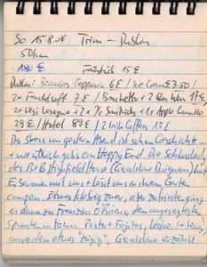 """So 15.8.04, 50km, 180€: Trim - Dublin Der Stress von gestern Abend ist schon Geschichte.. und wie üblich gabs ein Happy End! Die Schlosslady des B&B Highfield House (Geraldine Duignan) hat Erbarmen mit uns und lässt uns in ihrem Garten campen. Etwas klebrig zwar, aber zufrieden ging es anschliessend zu Franzini o'Briens, dem angesagtesten Spunten in town. Pasta + Fajitas, lecker und teuer, ausserdem etwas """"zügig"""".. Geraldine erzählt uns so einiges über Finanzen in Irland (Haus gek. 50K £, etwas später für 150K verk., heutiger Wert >400K). Mit dem Gewinn hat sie dann das castle gekauft, das bis dahin als """"nursery"""" gebraucht wurde. Während wir den offerierten Tee und die Cookies geniessen, mit ihr von Steuersätzen bis zu Bauauflagen alle möglichen Themen bechatten, steht immer mal wieder jemand an der Tür, um nach einem Zimmer zu fragen, meist Italos! Mit unendlicher Geduld und erstaunlichem Mitgefühl erklärt sie jedem/jeder, dass er hier keine Chance hätte und es in Navan versuchen sollte - CHAPEAU! Wir kommen relativ spät nach Hause (bei Franzinis gehts noch immer hoch her, aller Einheimischen sind noch am Essen, und das in weit nach 22 Uhr..) - Irland erstaunt einmal mehr, und da in einem kleinen Städtchen in NIrgendwo. Gut, es gibt hier eine riesige normannische Burg (bzw die Ruinen davon) und einige weitere Kirchen und Ruinen, aber trotzdem, es ein kleines Nest. Hätten wir beim Zurückkehren nach den Nachaufnahmen der Burg nochmals wie abgemacht nachgefragt - wir wären statt im Zelt in einem der Schlosszimmer gelandet (37€/P)... tatsächlich ist ein Gast einfach nicht aufgetaucht. Nun, so haben wir immerhin etwas Geld gespart - und verschwitzt Essen gegangen waren wir ja eh schon. Und Frühstück bekommen wir ohnehin - hier müssen wir ein nächstes Mal unbedingt absteigen, umso mehr, als das Städtchen wirklich überproportional viel (Archäologisches) zu bieten hat. Das Schlossleben tauschen wir nun wieder mit der Landstrasse, trotz einiger drohender Wolken gehts bei an"""