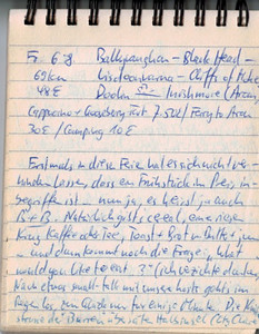 """Fr 6.8.04, 69km, ca 50€: Ballyvaughan - Black Head - Lisdoonvarna - Cliffs of Moher - Doolin - ferry - Inishmore (Aran Islands) Erstmals in diesen Ferien hat es sich nciht verhindern lassen, dass en Frühstück im Preis inbegriffen ist.. nun ja, es heisst ja auch B+B! Natürlich gibts cereal, einen riesigen Krug Kaffee und/oder Tee, Toast, Brot m. Butter und jam/marmelade... und dann kommt die Frage: """"What would you like to eat..""""? Ich verzichte dankend.. Nach etwas small-talk mit unseren hosts gehts im Regen los, zum Glück nur für einige Minuten. Die Küstenstrasse der """"Burren"""" übersäten Halbinsel (County Clare) erlaubt herlliche Ausblicke aufs Meer und auf die mit """"Altersfalten"""" übersäten Felsen, die teilweise zu ebenen Terrassen abgeschliffen wurden. Dies vor allem bei den """"turibefallenen"""" Cliffs of Moher, wo die Felsen quaderförmig über dem tobenden Meer thronen - nur robbend kann ich mich dem gähnenden Abgrund nähern. Ein spektatkulärerer Picknick-Platz ist kaum vorstellbar.. Im music store in Doolin erfahr ich bei einem erstklassigen Cappucino mit goosebverry tart aus einer deutschen (!) Zeitschrift alles über die Lokal-Quereleien + den Problemen mit den ...... (Beiboote, welche die Passagiere zur eigentlichen Fähre bringen). Gleich darauf wird dieses Spektakel für uns veranstaltet, getoppt noch durch eine ganze Delfinschule, die alle Passagiere unseres wild schaukelnden Kahns in freudige Aufregung stürzt"""