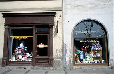Leibzig Innenstadt 1990 kurz nach Mauerfall. Auslagen in Schaufenster noch à la DDR.. @RobAng 1990