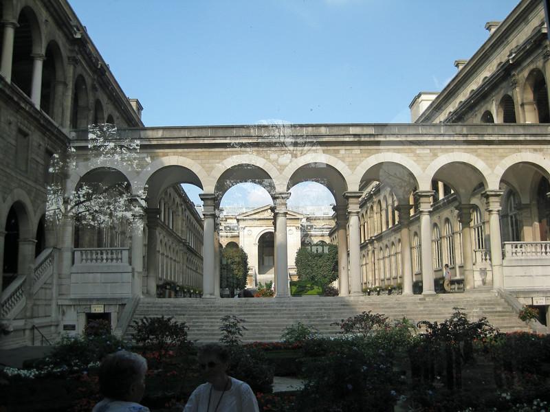 Courtyard inside Hôtel Dieu 2009-09-20_16-14-36