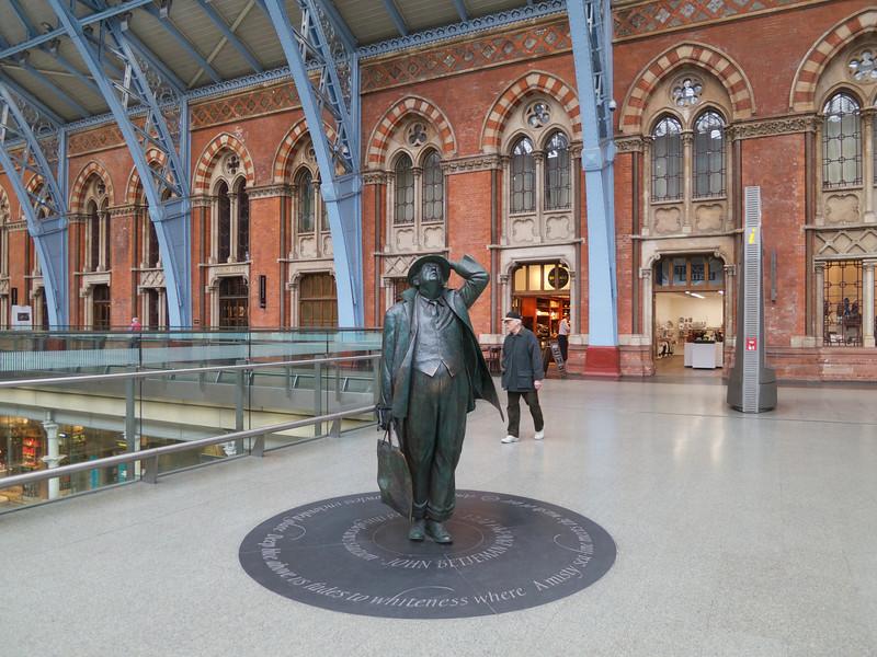 Sir John Betjeman Statue<br /> London - 2014-02-05 at 13-02-23