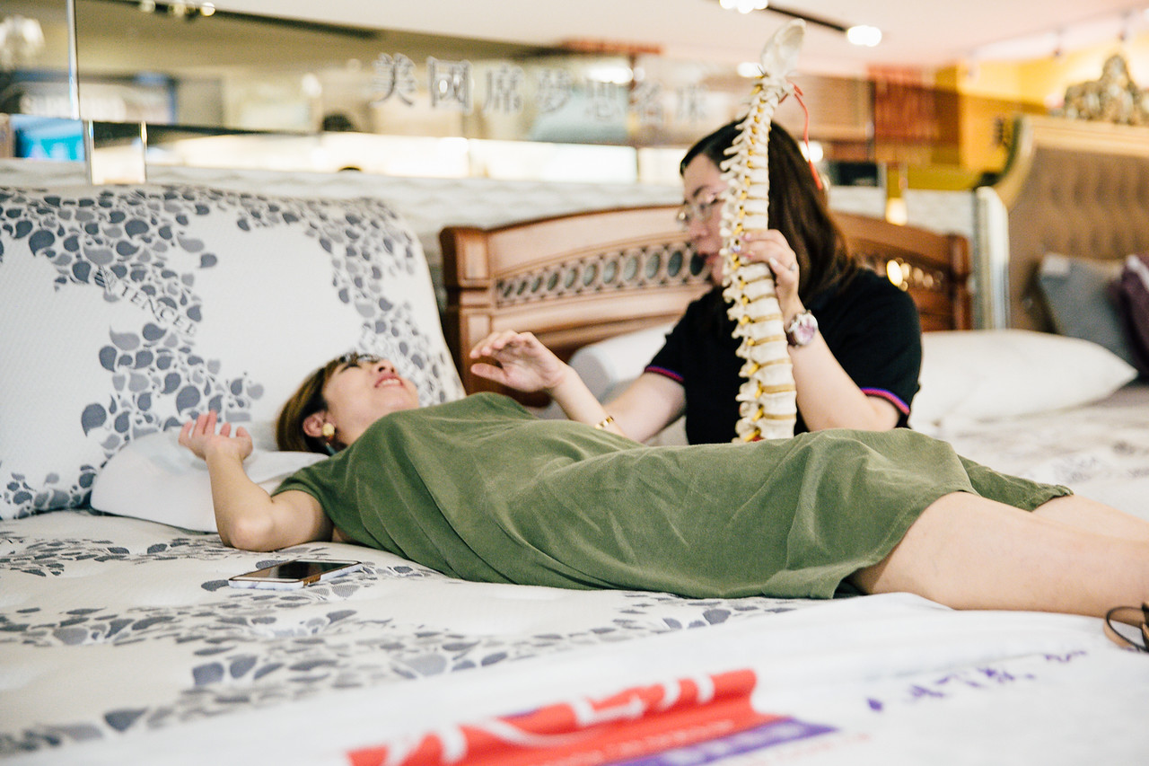 睡覺腳會拱起來|床墊