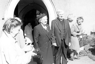 <font size=3><u> - Revd George Palmer's and Nora's Golden Wedding – Apr 89 - </u></font> (BS0556)   Inez Taylor on left, but who is on the right?.