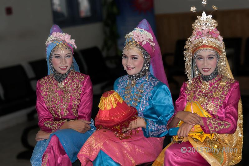 Portrait-of-three-Acehnese-beauties,-Banda-Aceh,-Sumatra